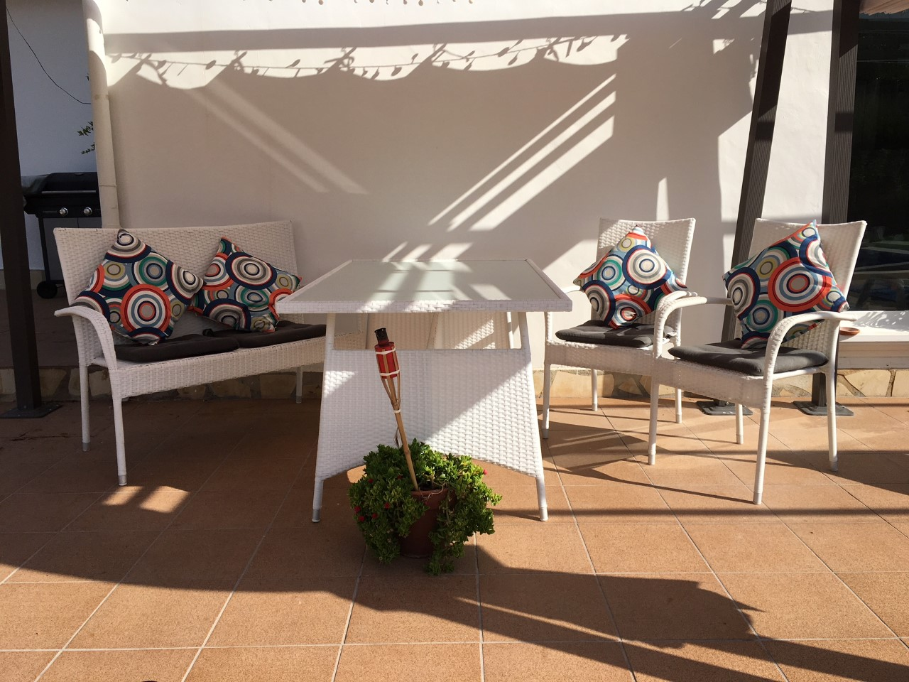 For sale: Out door table and chairs 'glass top' 95 euro