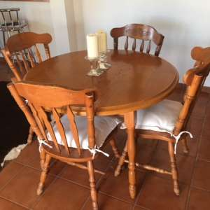 FREE: Dining table (extendable) and 4 chairs