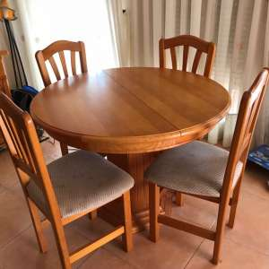 For sale: Round extendable table and 4 chairs - €99