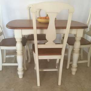 For sale: Beautiful dining table & 4 chairs